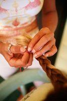 ¿Cómo hacer una trenza de la princesa en una cola de caballo El uso de dos palos