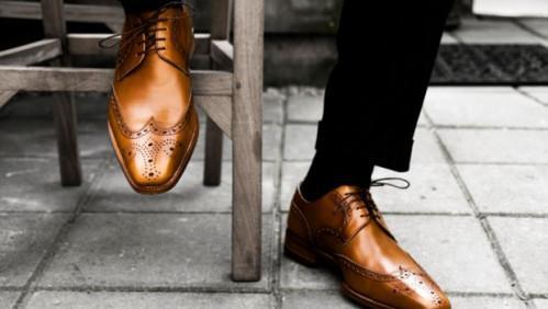 Zapatos de los hombres de cuero bruñido:
